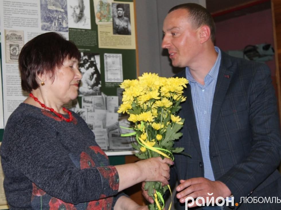 Очільник Рівненської громади Володимир Крижук привітав землячку.