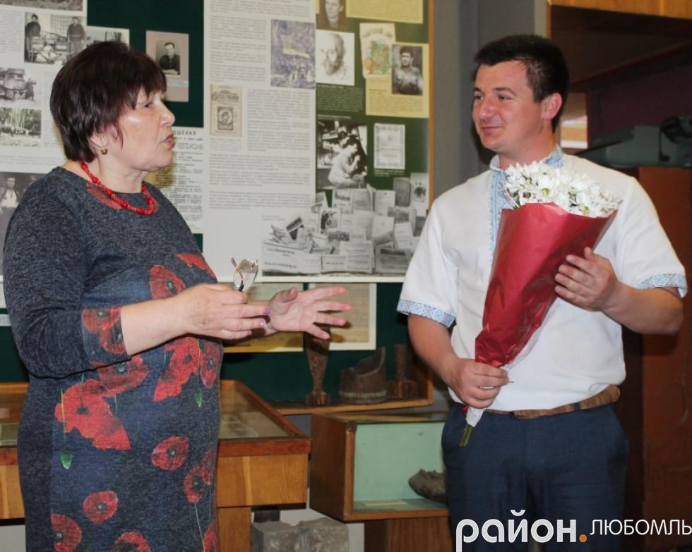 Квіти від працівників музею вручив Юрій Фініковський.