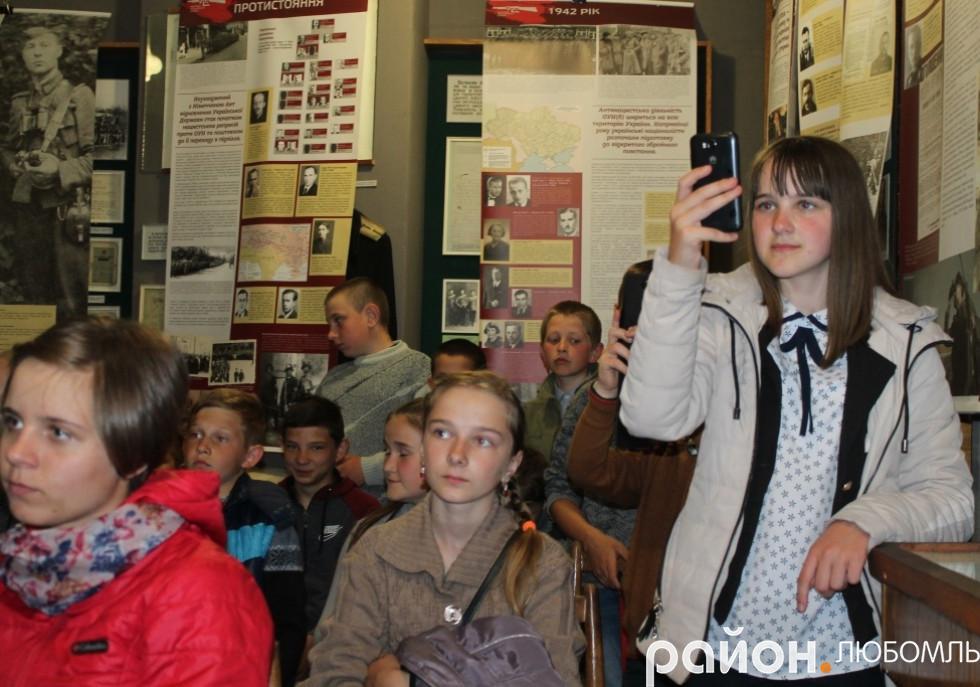 Забузькі школярі уважно слухали поетесу.
