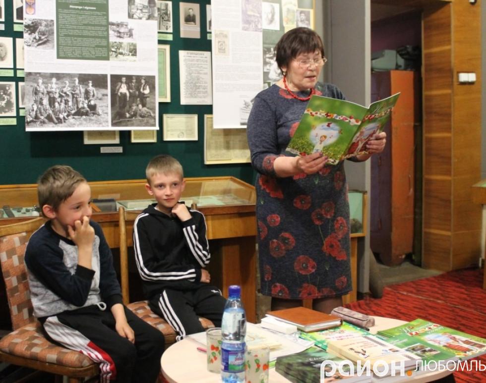Ніна Горик читає твори із збірочки «На ниточці родоводу».