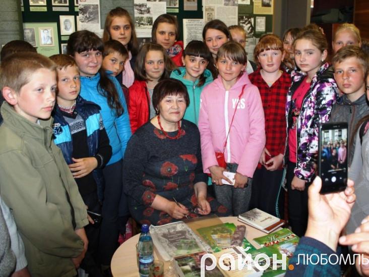Ніна Горик з учнями Забузької школи.