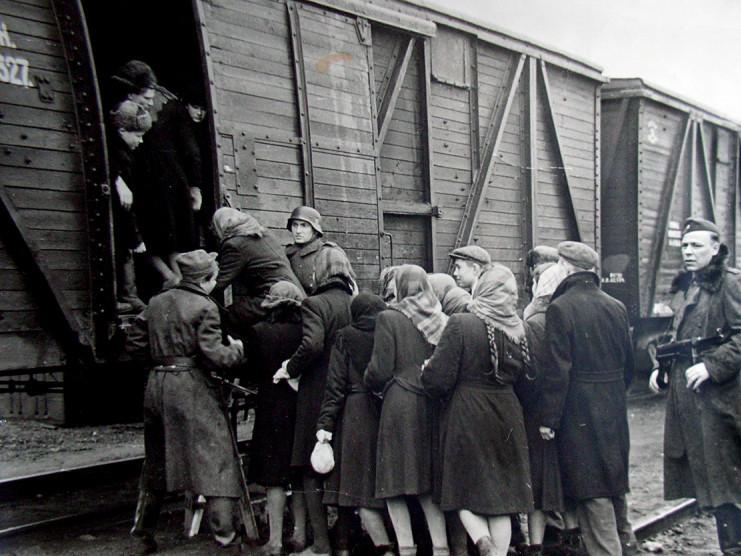Бранців погрузили в товарняки і повезли в Німеччину.