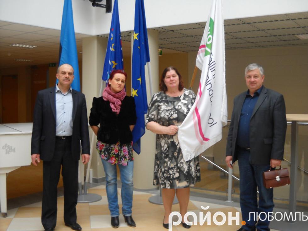 Володимир Дутко та Микола Романюк (справа на ліво) з естонськими колегами.