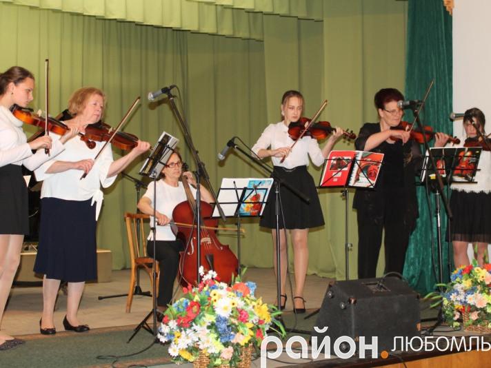 Юні скрипальки зі своїми наставницями.