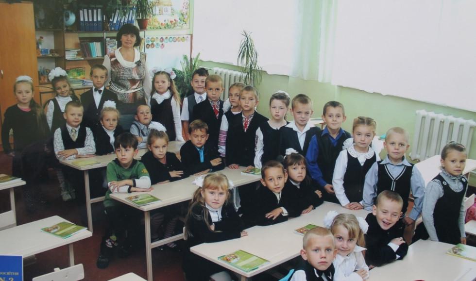 Євдокія Йосипівна з першокласниками (2013-2014).