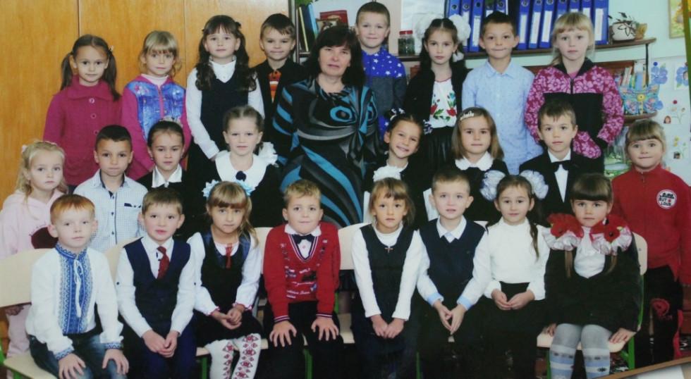 Євдокія Костюк зі своїми другокласниками.