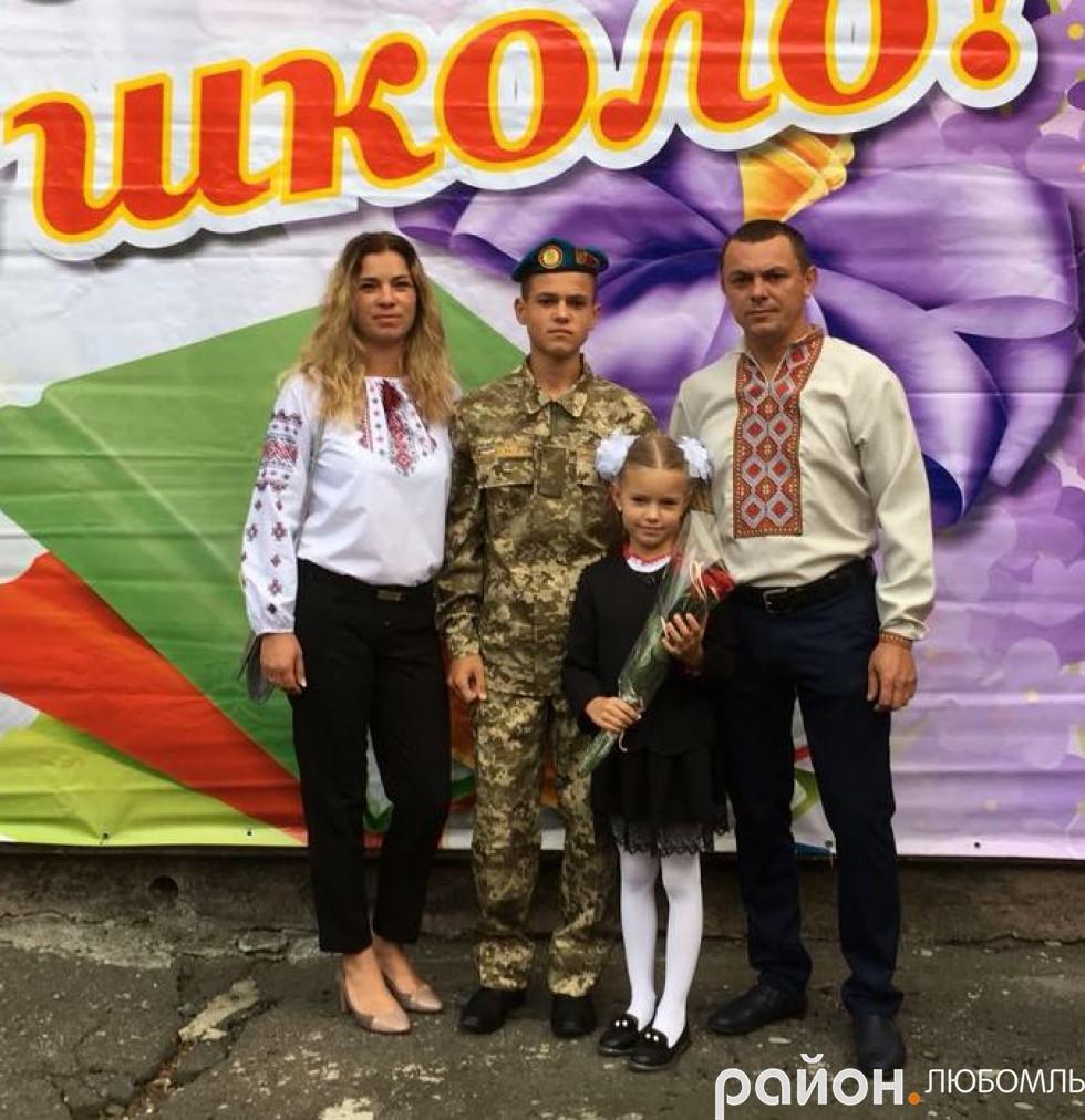 У вересні до першого класу подружжя-військовослужбовців відвело донечку Улянку.