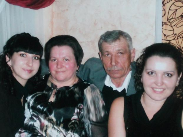 Подружжя Литвинюків із доньками