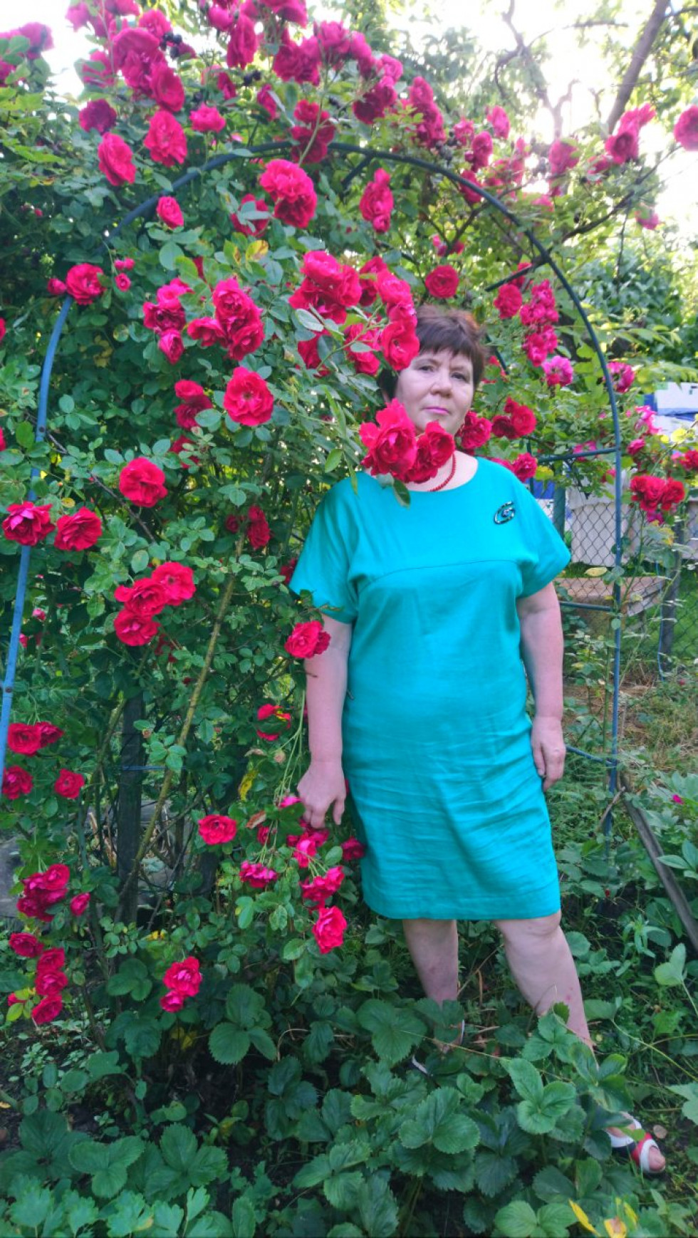 Кожен день розпочинає із прогулянки квітником, де ростуть різні сорти троянд.