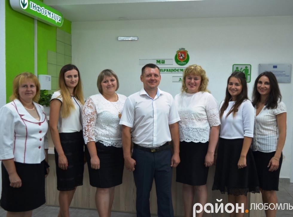 Привітний колектив ЦНАПу разом зі своїм керівником Іваном Маїлом.