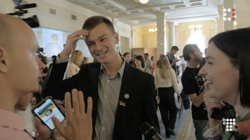 Депутат Дмитро Костюк під час спілкування з журналістами
