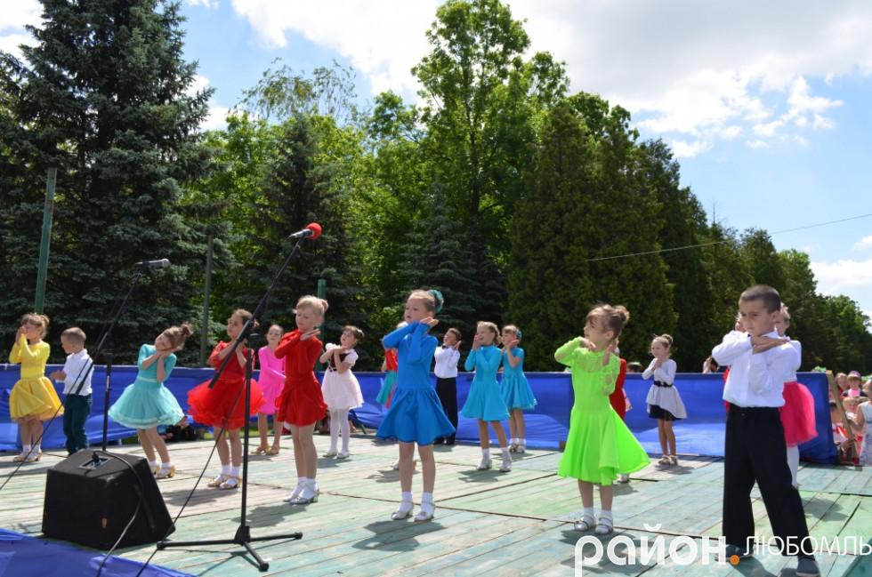 Юні танцюристи на святкуванні Дня захисту дітей