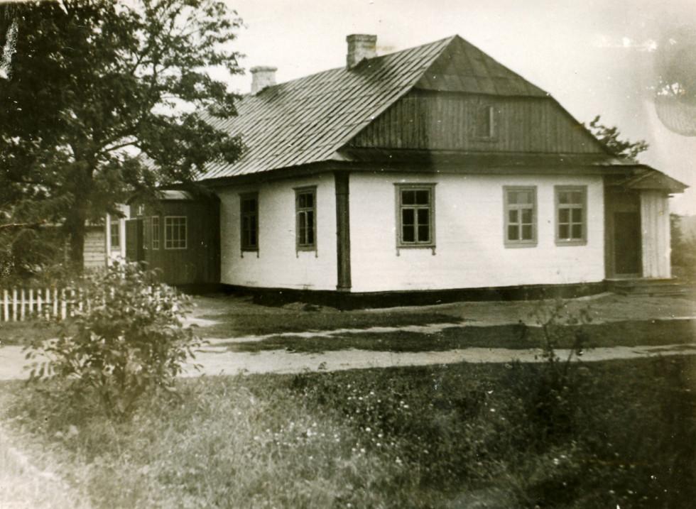 Фото школи періоду 60-х років минулого століття. Зараз тут живе священик. Фото з архіву Василя Загури.