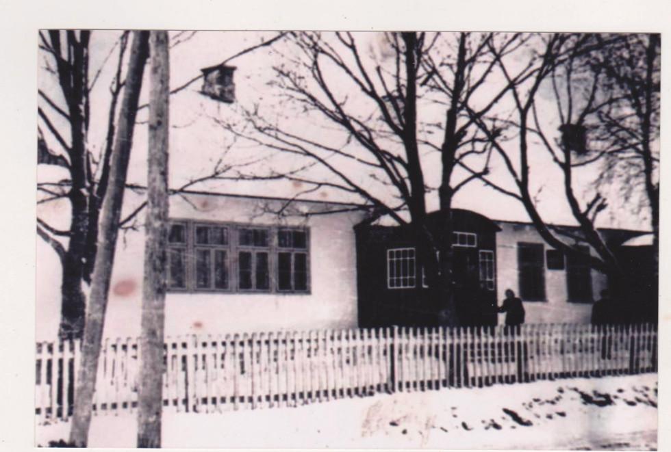 Куснищанська школа у 50-ті роки ХХ ст. Фото з архіву Василя Загури.